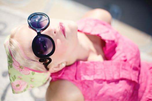 summer-young-woman-pretty-sunglasses-fashionistando