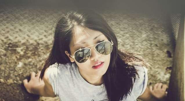 woman-model-sunlight-sunglasses-fashionistando
